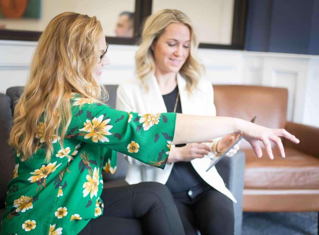 deux femmes endiscussion dans ll'esapce repos d'une entreprise